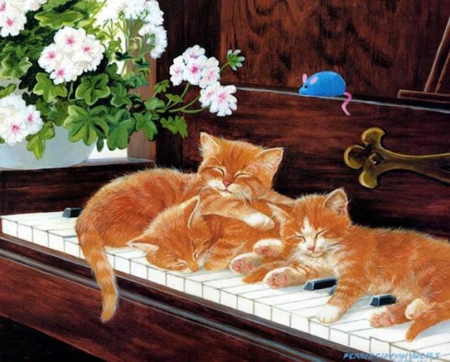 маленькие рыжие котята сидят на рояле