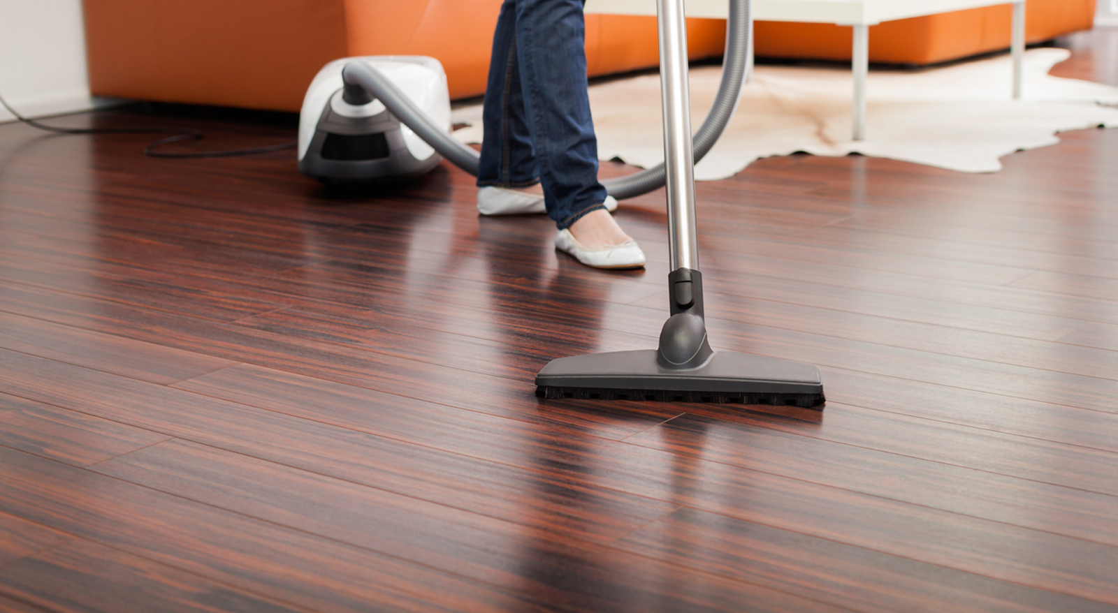 Vacuum cleaners for tile floors