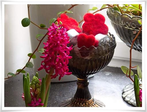 Cerise hyacint och röda tovade dekorationer
