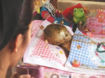2013 04 01 173125 Misteri Mayat Bayi Tumbuh Rambut Dan Kuku