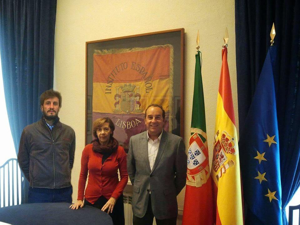 """En el Instituto Español """"Giner de los Ríos"""" de Lisboa. En el centro está su directora Manón Funes."""