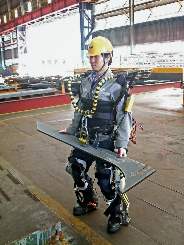 Corea prueba exoesqueletos de fuerza sobrehumana para construir barcos