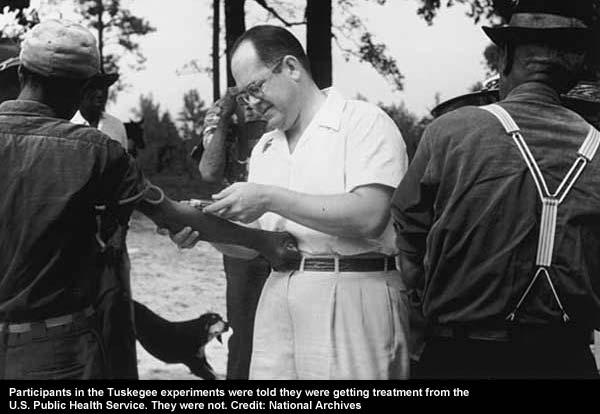 Badanie Tuskegee. Naukowiec pobiera krew od uczestników badania.