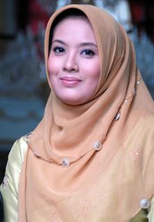 Gaya Hijab Artis Elma Theana