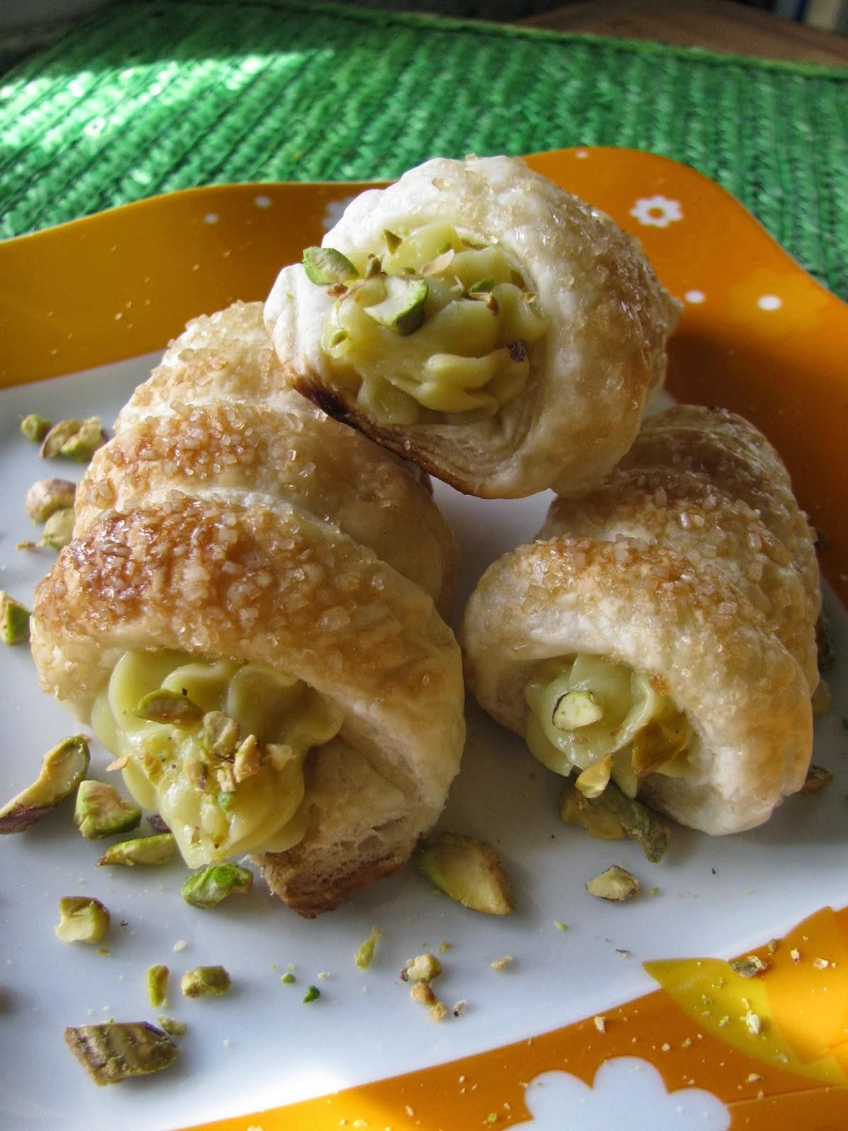 cannoli con crema pasticcera al pistacchio