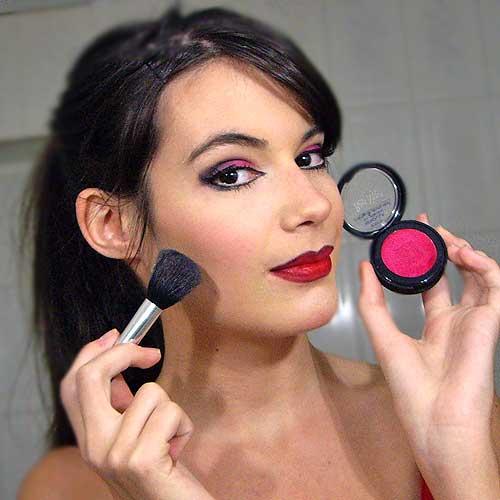maquillaje de diablesa monika sanchez aplicando colorete rojo