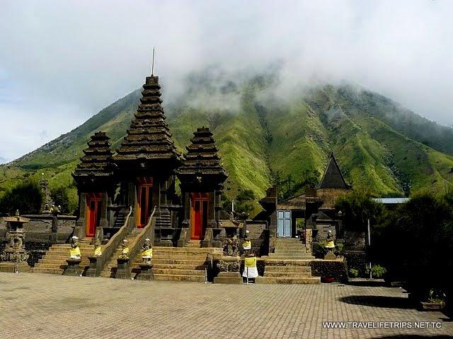 http://www.wisatagunungbromo.com/2014/10/hari-raya-dan-perayaan-karo-suku.html