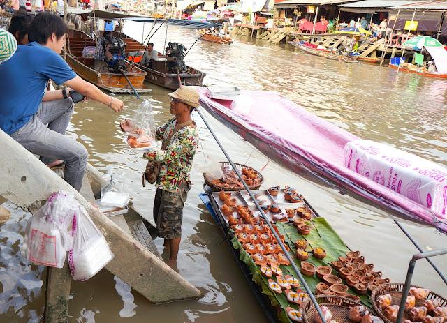 Marchand au marché flottant d'Amphawa.