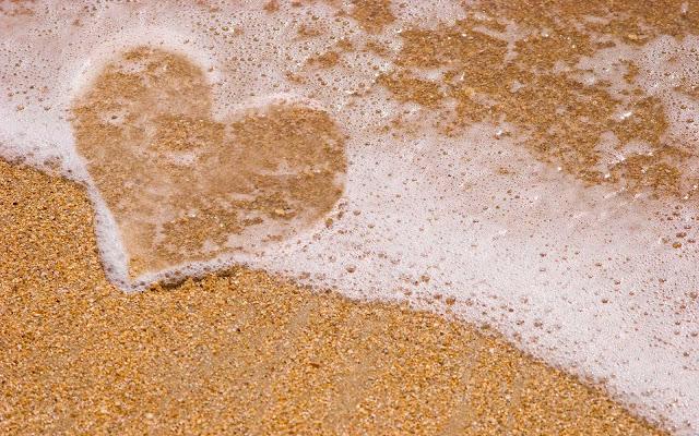 Liefdes hartje op het strand gemaakt van water