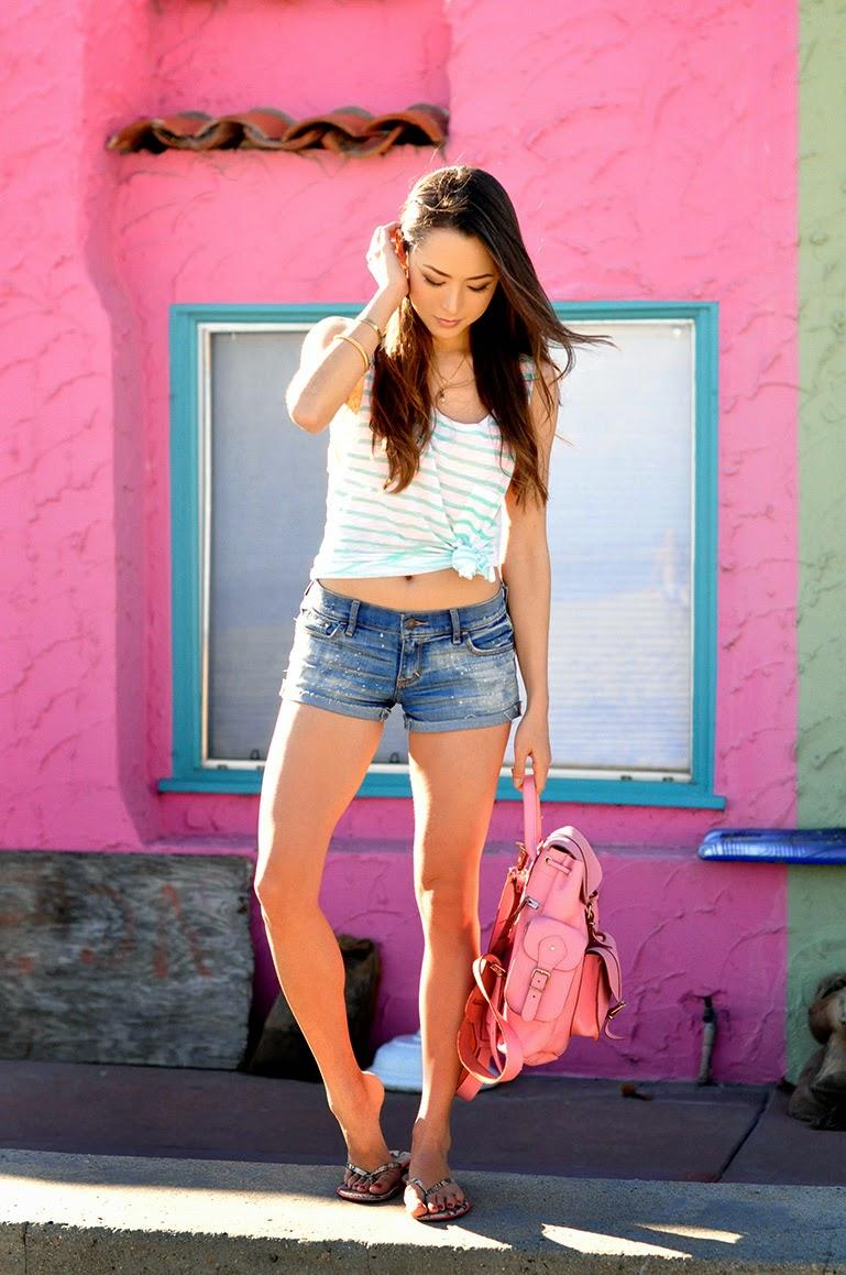 mochila feminina rosa com regata com listras, short jeans, moda feminina, roupas femininas