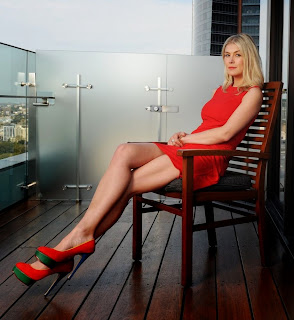 Rosamund Pike has long sexy legs