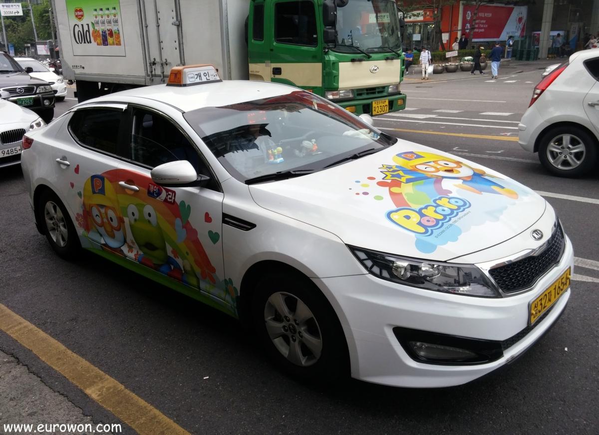 Taxi decorado con dibujos y figuras de Pororo en Seúl