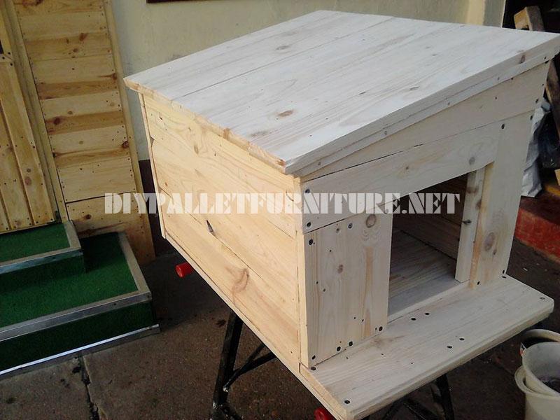 Varias casetas de perros hechas con - Casas para perros con palets ...