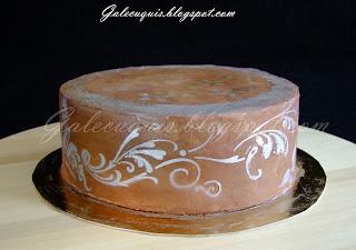 Tarta cubierta de ganache de chocolate, decorada con stencil en oro  y plata
