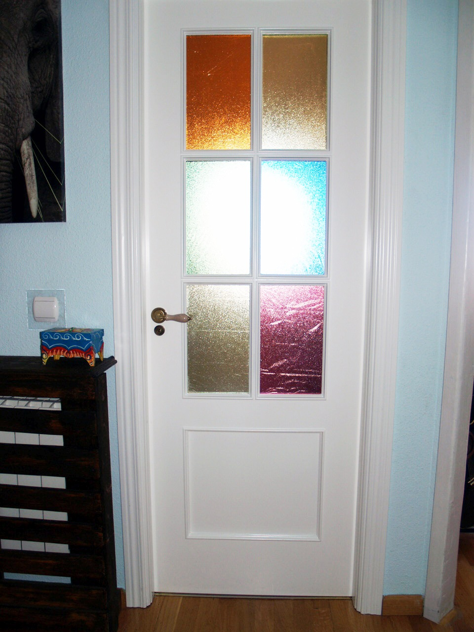 La vidriera de colores de la puerta de nieves for Colores para pintar puertas de interior
