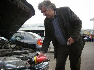 Uimitoarea invenție a unui băcăuan: Motorul cu apă. Cu TREI litri de apă merge cu mașina... 5.000 de km!!!!
