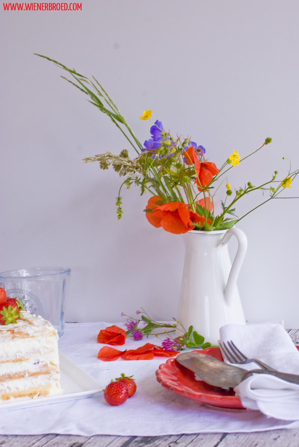 Midsommar Jordgubbstårta | Erdbeer-Biskuitwaffel-Torte / Strawberry sponge cake waffle [wienerbroed.com]