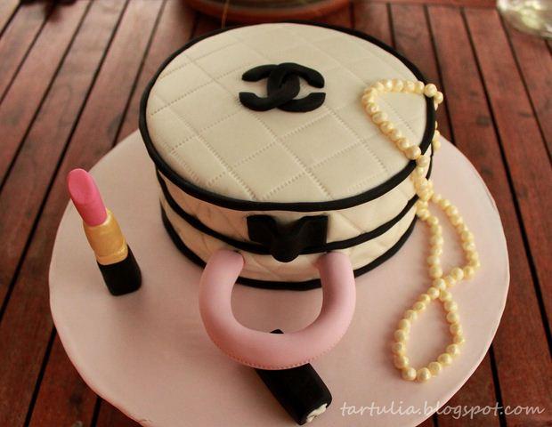 Tartulia tarta chanel con lapiz de labios y perlas for Facilisimo cocina postres