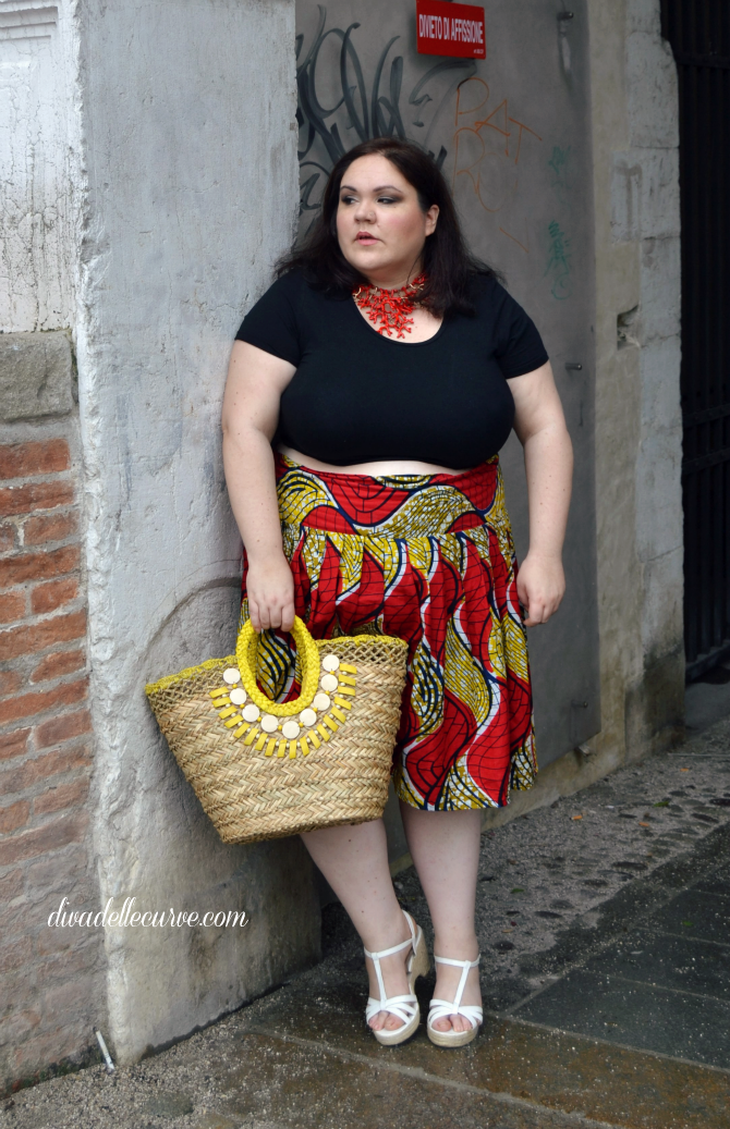 outfit plus size con gonna afro e crop top