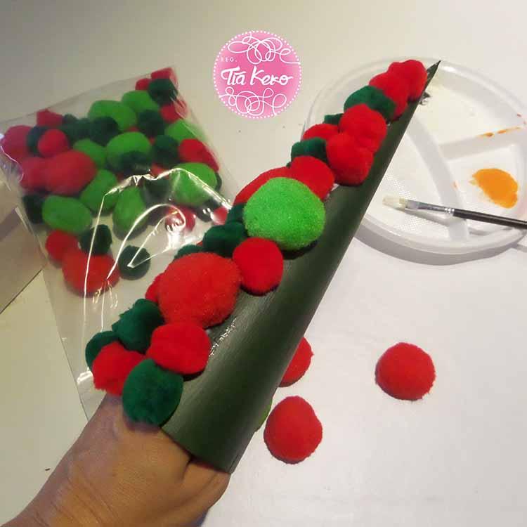 Manualidades con ni os rbol de navidad con pompones - Manualidades con pompones ...