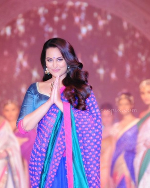 Sonakshi-sinha-ramp-walk-Rajguru-blue-saree