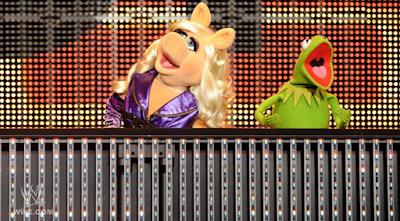 losmopeds en el programa de WWE RAW anunciando su nueva pelicula