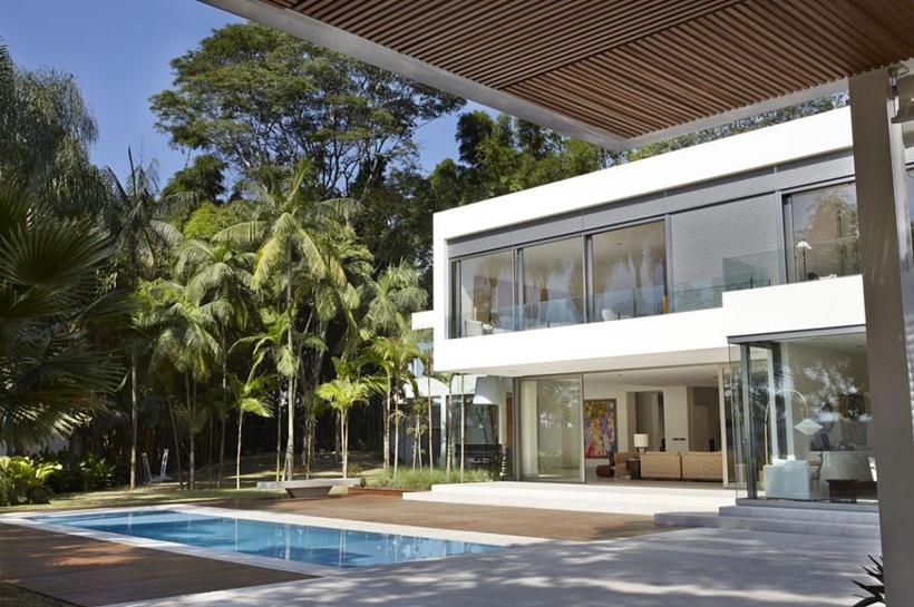 Modern facade of The Morumbi Residence by Drucker Arquitetura