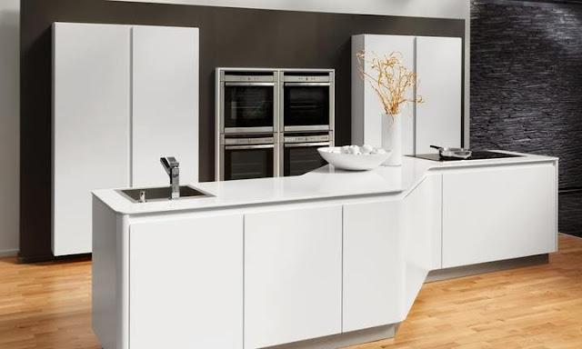 cuisine design blanche sans poignées avec ilot et... 4 fours!
