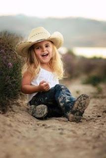 Foto Gambar Anak Perempuan Pakai Sepatu Boot
