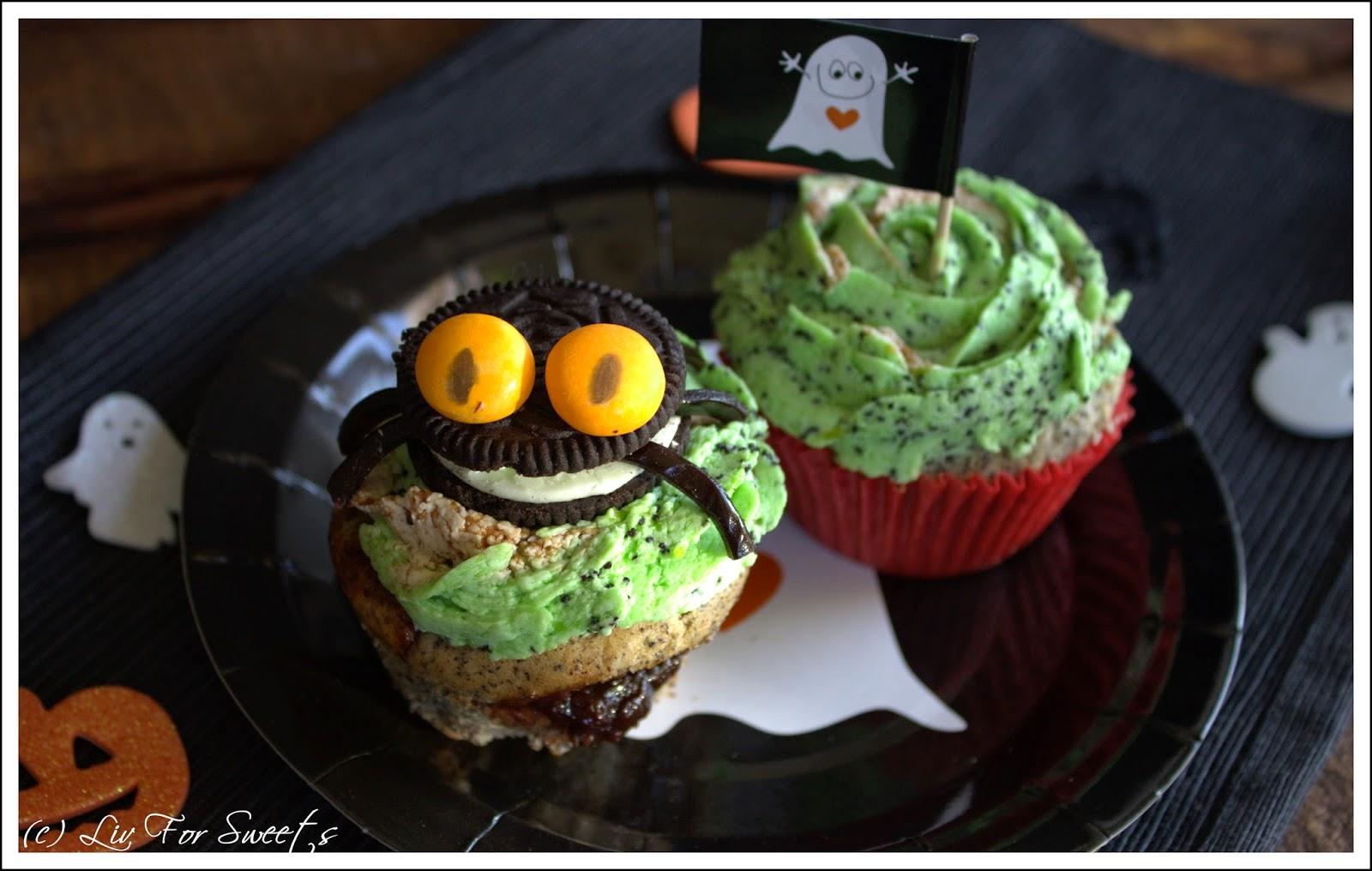 Mohn-Cupcakes mit einer Füllung aus Pflaumenmus und einem Pudding-Buttercreme-Frosting mit Mohn und Pflaumenmus, eine Spinne aus Keks und Lakritzschnecke, Rezept, Thermomix, TM31, Halloween