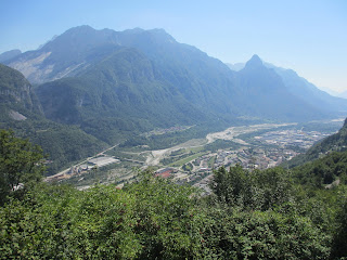 丘の上から眺めた Longarone の町