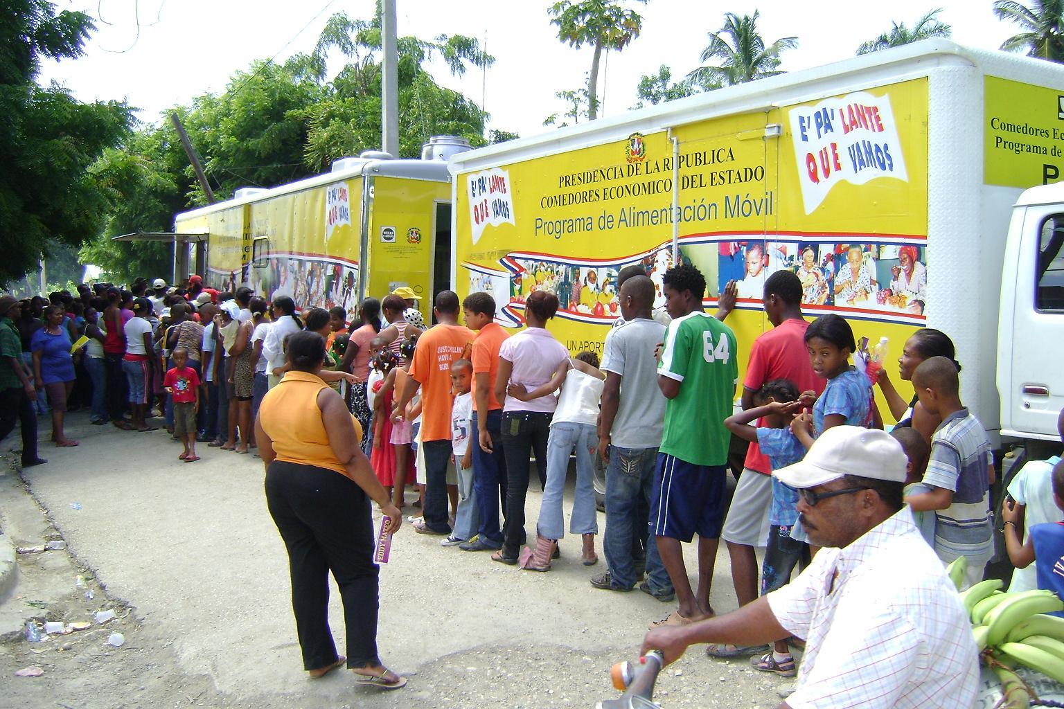 Nagua real comedores econ micos dieron comida gratis este for Comedores baratos en santiago