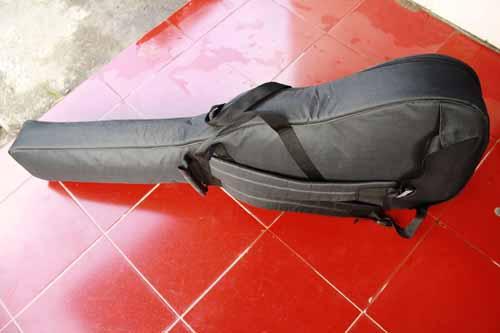 tampak samping tas gitar akustik tebal dan aman