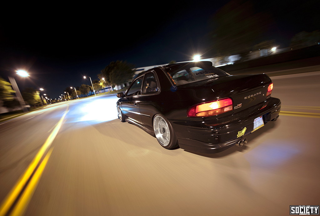 Subaru Impreza GC, nocna fotografia, samochody nocą, auta po zmroku, wieczorem, mrok, japońskie, motoryzacja, JDM, tuning, zdjęcia, photos, at night, cars, photography