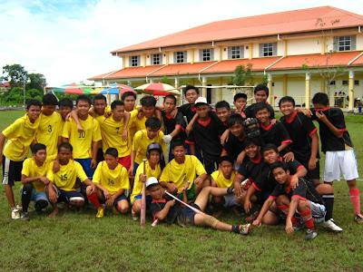 Musuh tradisi sofbol di Sibu: pasukan SMK Luar Bandar No.1 Sibu dan SMK Chung Hua
