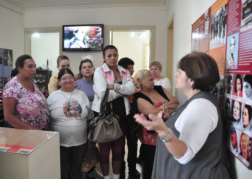 Na Casa da Memória, integrantes do CAPS recebem orientações da moderadora Márcia Bastos