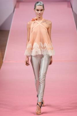 blouse romantique en soie et dentelle rose pale alexis mabille. pantalon en satin de soie gris lamé, chemissié romantique et bohème en dentelle saumon et soie.