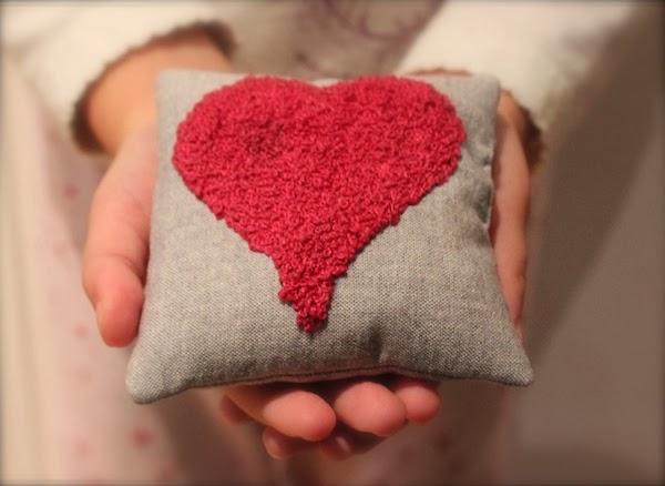 acerico bordado con un corazón