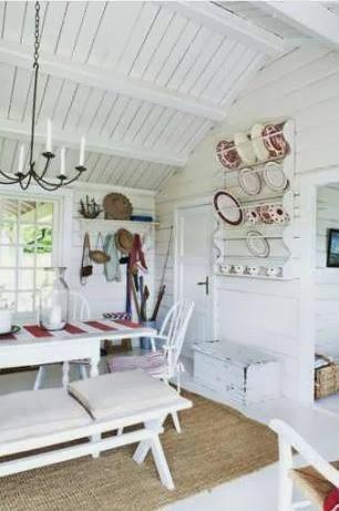 casa escandinava decorada en blanco y rojo