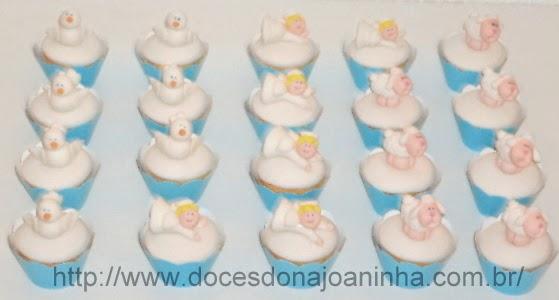 Mini cupcakes para batizado decorados com carneirinhos, pombinhas e anjinhos em wrapper azul.