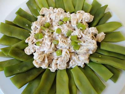 Makaron z tuńczykiem i ricottą na zielonych kwiatach