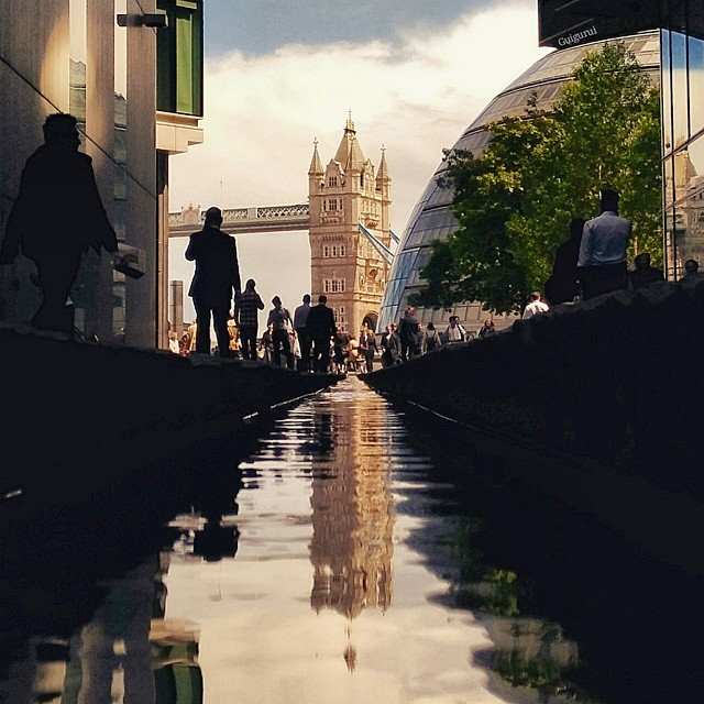 13-Tower-Bridge-London-Guido-Gutiérrez-Ruiz-The-World-Reflected-in-Photographs-of-daily-Life-www-designstack-co