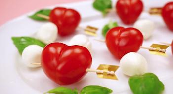 Δείτε πως μπορείτε να φτιάξετε καρδούλες από ντομάτα!