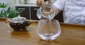 Esto-es-por-qué-usted-debe-beber-un-vaso-de-agua-caliente-a-primera-hora-de-la-manana-Impresionante!