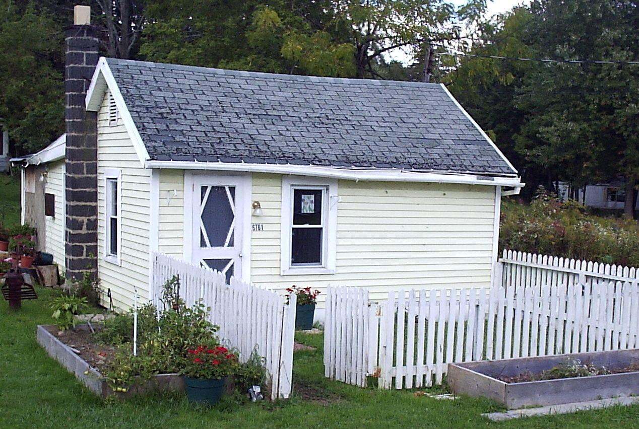 Realny minimalizm ma y bia y domek biuro w ogrodzie for Frugal home designs