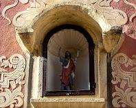 Detall de la fornícula amb la imatge de Sant Joan Baptista a la façana de la capella de Sant Joan de Martorell