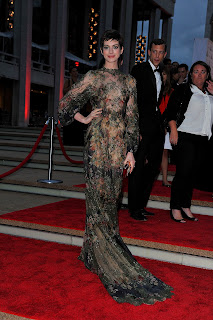 Anne Hathaway strikes a pose at red carpet