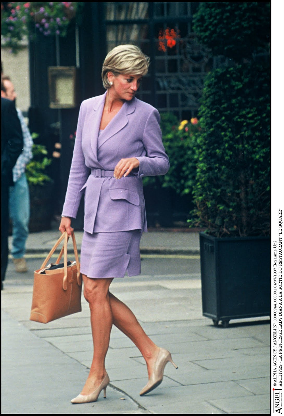 http://4.bp.blogspot.com/-IflahNjXb3M/UFHG6gu2Y5I/AAAAAAAAA24/bzGrQyZer04/s1600/Lady-Diana-with-the-D-Bag-2.jpg