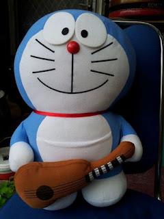 Boneka doraemon gitar import