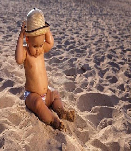 un ange bébé sur la plage